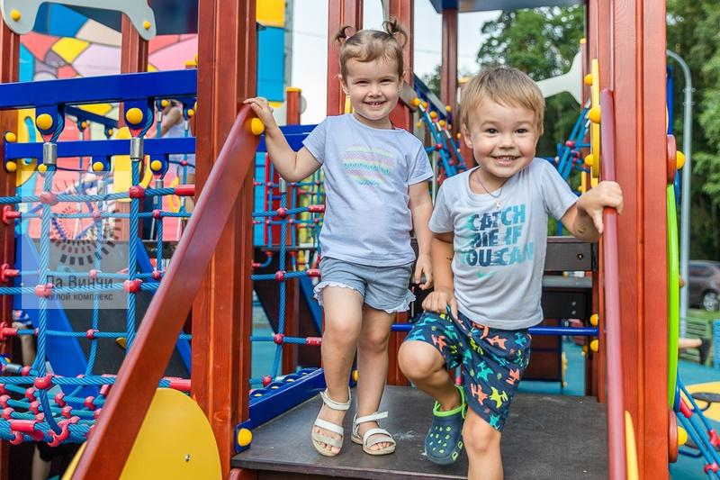 Мальчик и девочка на новой площадке в Новой Трехгорке